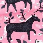 Dressikangas. Hobune roosal taustal